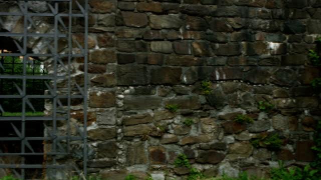 ウォーキングとともに、ローマの石の壁 - 石垣点の映像素材/bロール