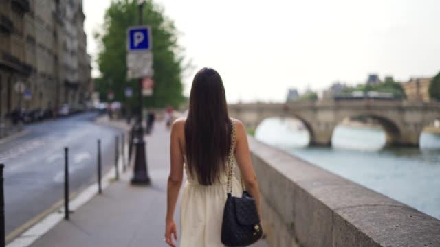 vídeos y material grabado en eventos de stock de caminando por las calles de parís - moda parisina
