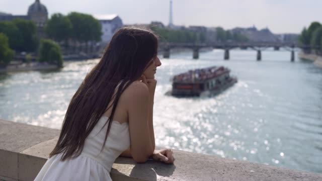 vídeos de stock e filmes b-roll de walking at the streets of paris - bar local de entretenimento