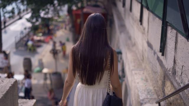 vidéos et rushes de marcher dans les rues de paris - mode paris