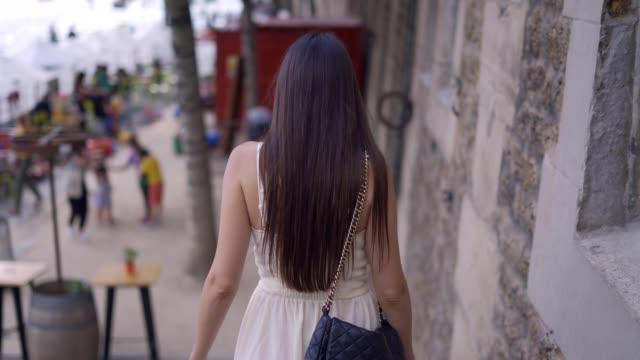 vídeos de stock, filmes e b-roll de caminhando nas ruas de paris - moda parisiense