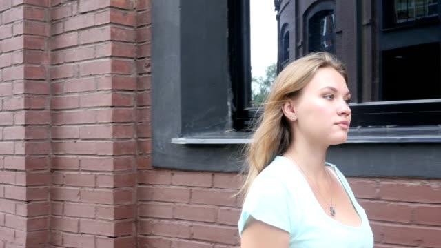 walking beautiful young female designer - coinvolgimento dei dipendenti video stock e b–roll