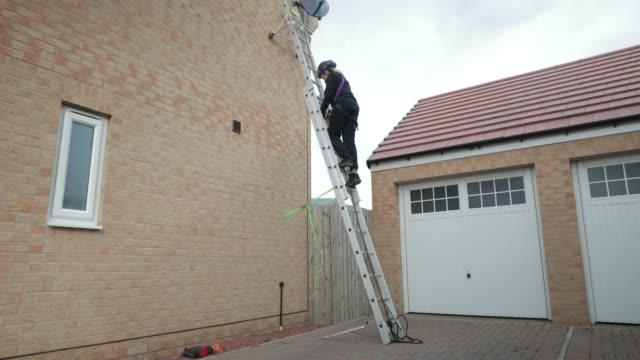 stockvideo's en b-roll-footage met wandelen langs de ladder - ladder