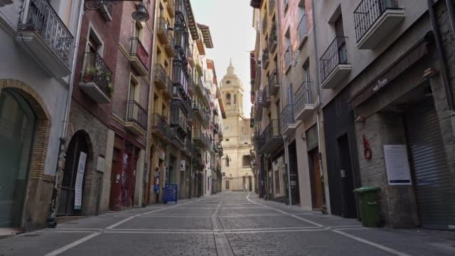 stockvideo's en b-roll-footage met salamanca, spanje - maart 2020: wandelen lege straat van salamanca, spanje. geen mensen, allemaal gesloten als gevolg van quarantaine coronavirus effecten - spanje