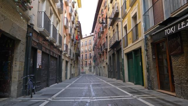 salamanca, spain - march 2020: walking empty street of salamanca, spain. no people, all closed due to quarantine coronavirus effects - испания стоковые видео и кадры b-roll
