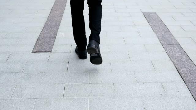 Vista trasera de pies caminando - vídeo