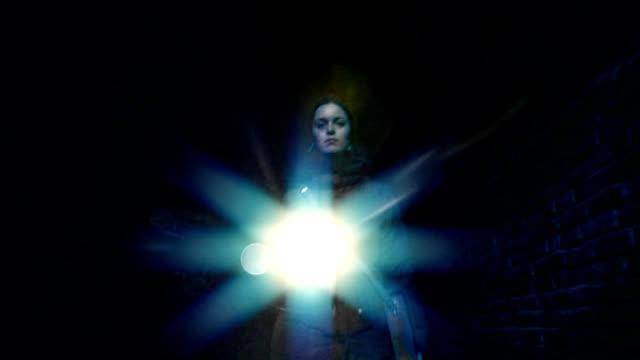walking female with torch at night - 建築物特徵 個影片檔及 b 捲影像