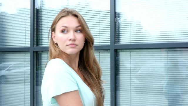 walking girl outside office, slow motion - coinvolgimento dei dipendenti video stock e b–roll