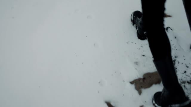 Wandern in schwarzen Hosen und schwarzen Rock Schuhe. Schnee-Boden – Video