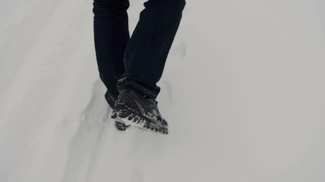 Wandern in schwarze Hose und schwarze Schuhe. Schnee-Boden – Video