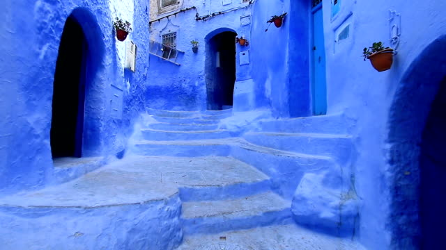 pov, walking in blue town chefchaouen chaouen / morocco, first point of view - stabilized shot стоковые видео и кадры b-roll