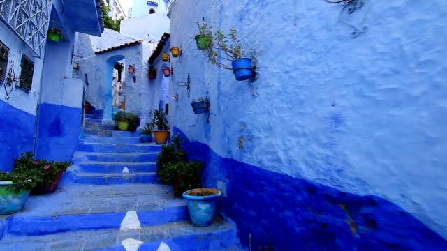 vídeos de stock e filmes b-roll de pov, walking in blue town chefchaouen chaouen / morocco, first point of view - stabilized shot
