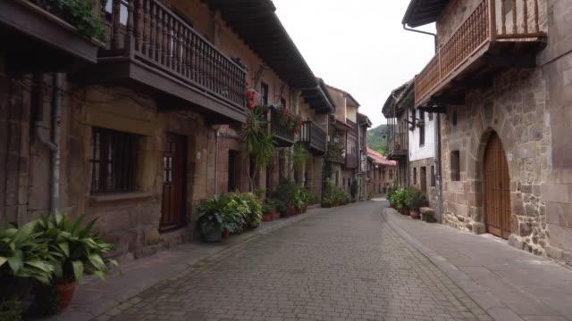 vídeos y material grabado en eventos de stock de caminando en el pueblo medieval de cartes, cantabria, españa. - villa asentamiento humano