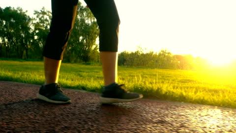 vidéos et rushes de marche dans la lumière du soleil - relaxation
