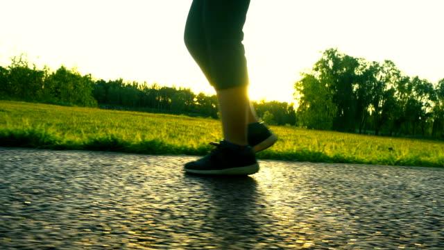 stockvideo's en b-roll-footage met wandelen in zonlicht - running shoes