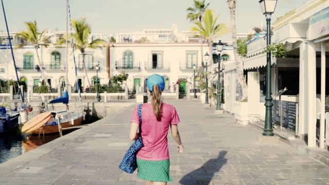 vídeos de stock, filmes e b-roll de andando na cidade velha. turista fêmea em férias - marina