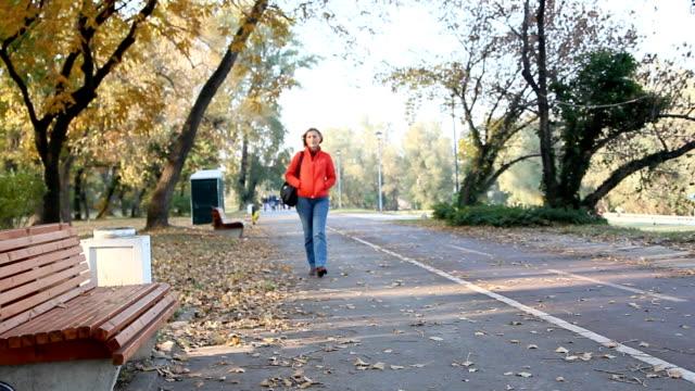stockvideo's en b-roll-footage met walking in the park - sober leven