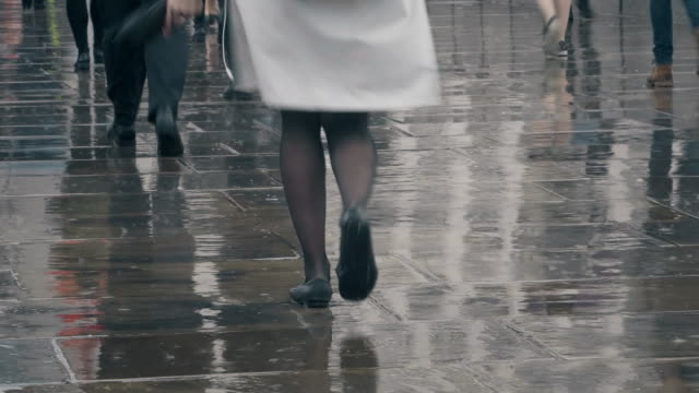 vídeos de stock e filmes b-roll de walking in the rain. time lapse of legs and feet. - estrada urbana