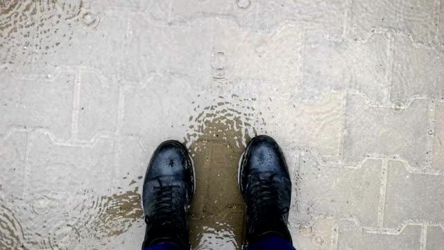 långsam mot - promenader i regnet - människofot bildbanksvideor och videomaterial från bakom kulisserna