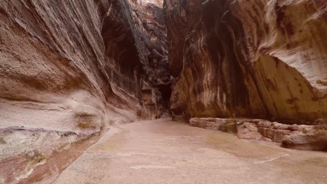 wandern im al siq canyon, petra, jordanien - schnitzen stock-videos und b-roll-filmmaterial