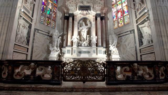 milan katedral içinde yürüyüş - katedral stok videoları ve detay görüntü çekimi