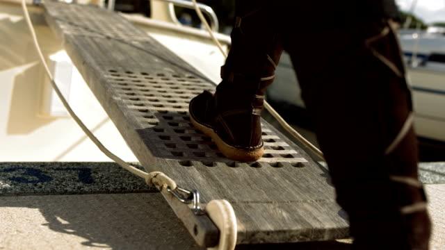 hd: chodzić na łódkę drabinka - wchodzić na pokład filmów i materiałów b-roll