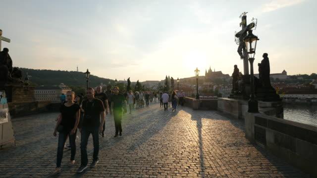 vidéos et rushes de marcher sur le pont charles le soir - prague