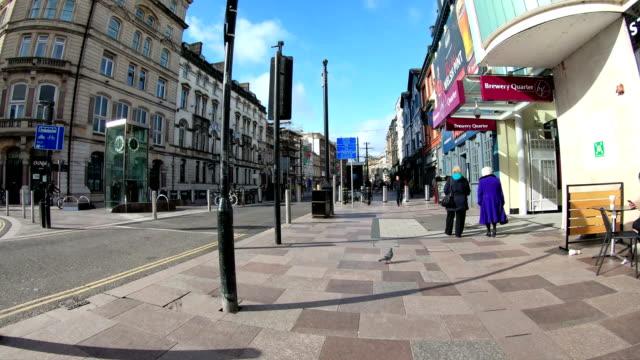 카디프 타임 랩 스의 도시 거리 산책 - 도시 거리 스톡 비디오 및 b-롤 화면
