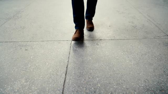 Caminhada em trilha de concreto :  close-up vista de um homem sapatos de couro - vídeo
