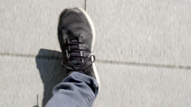 vídeos de stock, filmes e b-roll de passeio no passeio no dia ensolarado - calçada