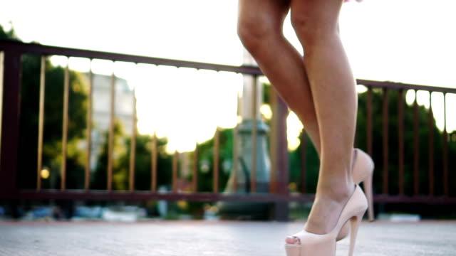 Zu Fuß in high heels – Video