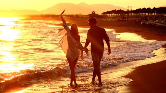 走在沙灘上。 - 浪漫 個影片檔及 b 捲影像
