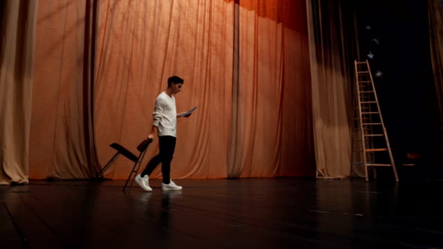 stockvideo's en b-roll-footage met wandelen op het podium van theater - acteur
