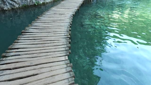 walking over plitvice lake - национальный парк плитвицкие озёра стоковые видео и кадры b-roll