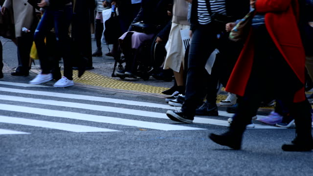 walking people at shibuya crossing in tokyo - pedone ruolo dell'uomo video stock e b–roll