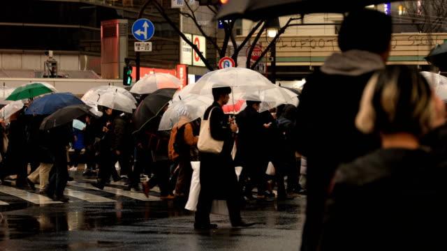 在東京的涉谷穿越雨天散步 - 澀谷交叉點 個影片檔及 b 捲影像