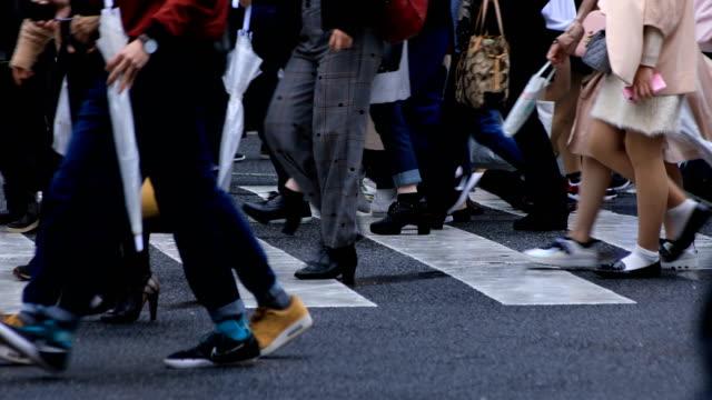 vídeos y material grabado en eventos de stock de gente que camina en shibuya cruzando el día lluvioso - pie humano