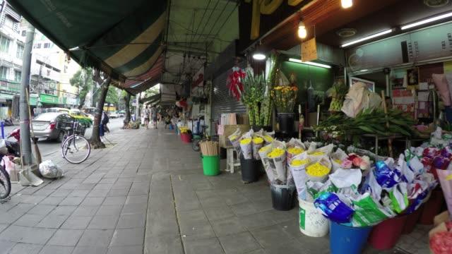 gågatan i flower market i bangkok, thailand - blomstermarknad bildbanksvideor och videomaterial från bakom kulisserna