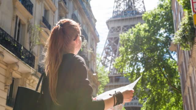 Caminando por las calles de París, parada en un barrio residencial, coger una ojeada de Torre Eiffel - vídeo
