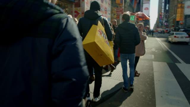 vídeos de stock e filmes b-roll de pov walking through busy crowd time square new york city - ângulo