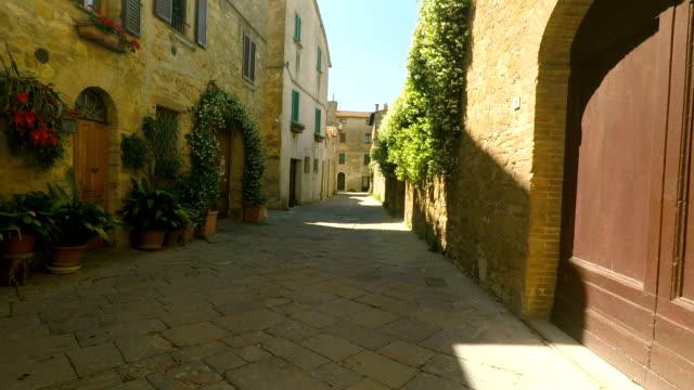 tuscany eski şehir güneşli yaz öğleden sonra i̇talya'da keşfetmek ile yürüyüş - toskana stok videoları ve detay görüntü çekimi