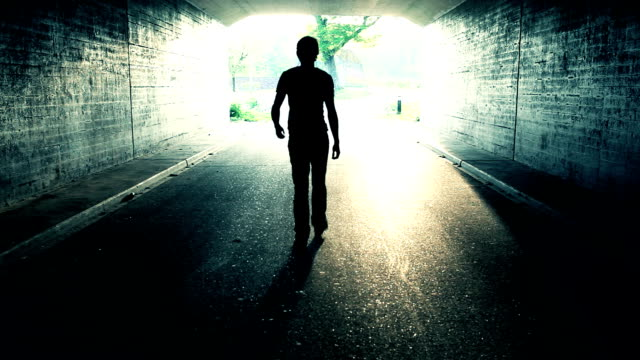 歩き天国への道(死の男性) - 希望点の映像素材/bロール