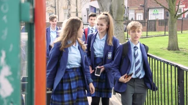 vidéos et rushes de aller à l'école - uniforme
