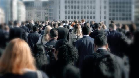 a piedi per andare al lavoro, pendolari. - people video stock e b–roll