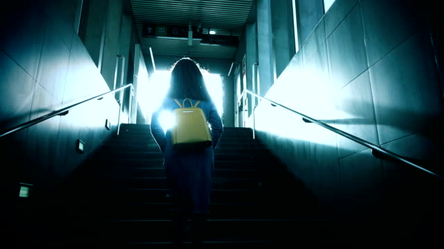 walking up to light slow-motion - достижение стоковые видео и кадры b-roll