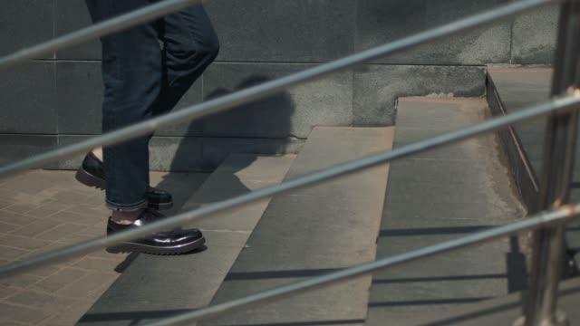 gehen im obergeschoss: nahaufnahme der lederschuhe des mannes business treppe laufen zu fuß - schuhwerk videos stock-videos und b-roll-filmmaterial