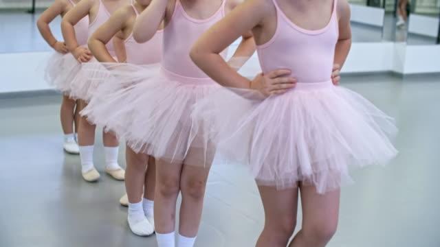 vídeos de stock e filmes b-roll de walking warm up in ballet class - tule têxtil