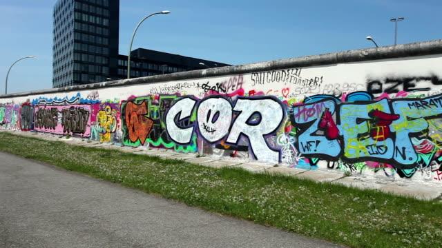 vídeos de stock e filmes b-roll de muro de berlim - berlin wall