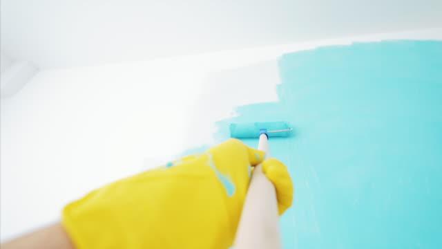 pov väggmålning med färg rulle. - painting wall bildbanksvideor och videomaterial från bakom kulisserna
