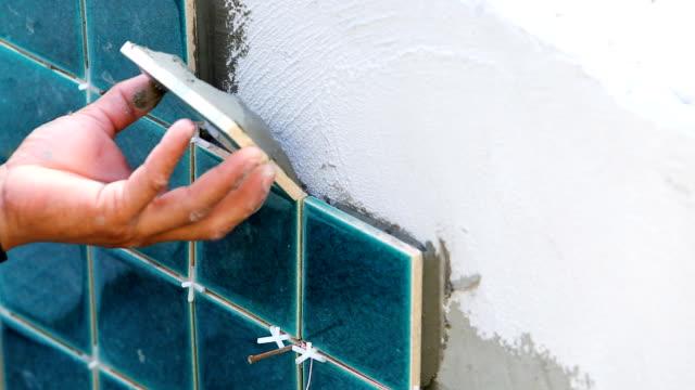 ev binası için duvar döşeme montajı - dekorasyon stok videoları ve detay görüntü çekimi